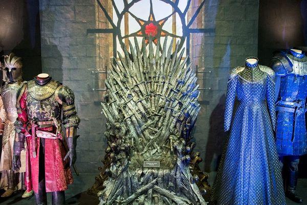 Exposition des décors et costumes de la série à Belfast. À droite du trône, la robe de Cersei Lannister.