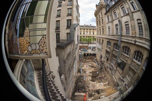 Situé au no 2 de la rue de Lutèce, le petit chantier d'à peine 300 m2 est coincé entre deux imposants bâtiments de la préfecture et laissera la place l'an prochain au nouveau hall d'accueil du public.