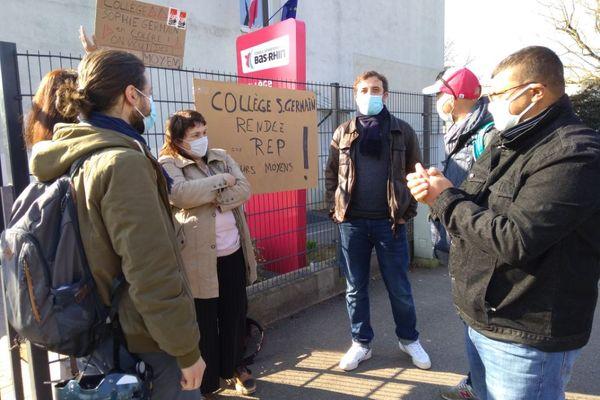 Les profs en grève devant le collège Sophie Germain de Cronenbourg