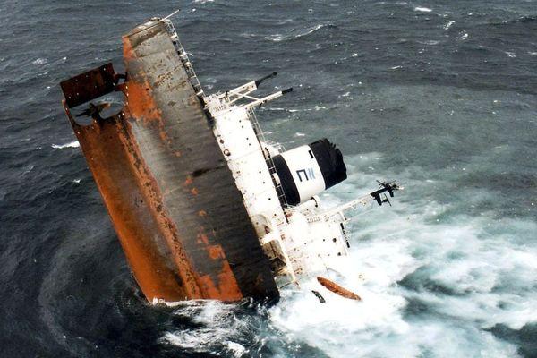 L'épave de l'Erika sous le point de couler, le 12 décembre 1999