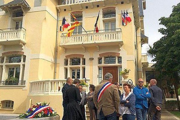 Pézilla-la-Rivière (Pyrénées-Orientales) - les drapeaux sont en berne - 14 juillet 2016.