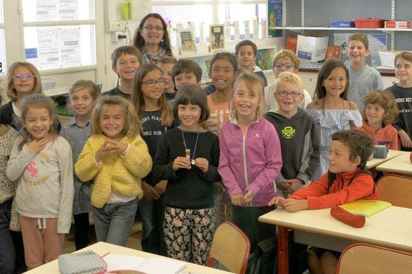 Les enfants de la classe CE1/CE2  de l'école Richer, et leur maîtresse Aline Alard
