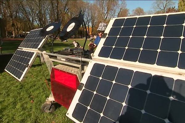 L'un des groupes joue...au milieu de panneaux photovoltaïques !