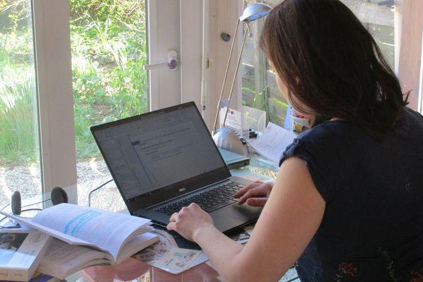 Joasha Boutault enseigne l'anglais à l'université de Poitiers et prépare ses cours en ligne.