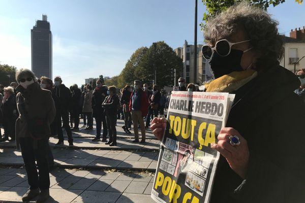 A Nantes, certains enseignants sont venus avec des caricatures de Charlie Hebdo pour rendre hommage à leur collégue assassiné.