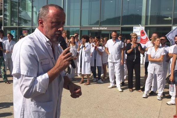 Le professeur Christophe Trojani et le personnel du service ont manifesté ce vendredi devant l'hôpital Pasteur 2.