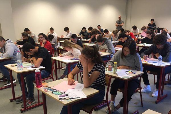 Au lycée Condorcet de Bordeaux, les candidats planchent sur leur épreuve de philosophie le 17 juin