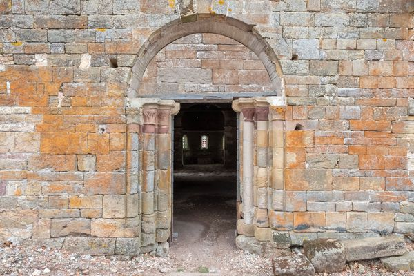 Dans les Vosges, la chapelle de Rugney, près de Charmes, a été construite à la fin du XIIe siècle.