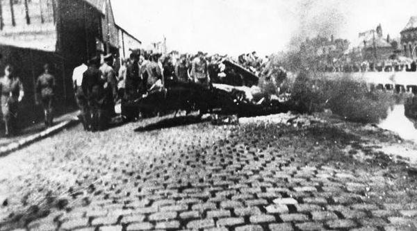 Photographie de l'épave du Spitfire d'Henry Greenshields, quai Gustave-Lamarle, à Calais, le 16 août 1940.