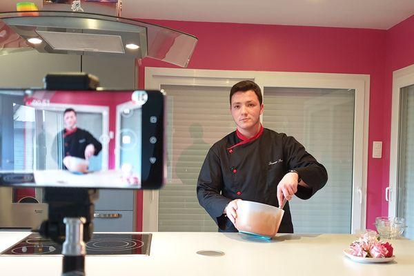 Le youtubeur JackiSigne en train de réaliser la recette de la mousse au chocolat