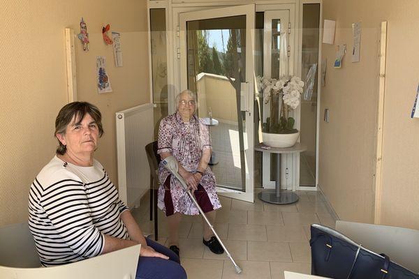 """Jeanine, 85 ans, a pu revoir sa fille grâce au """"parloir"""" installé dans cette pièce de l'Ehpad de Saint-Agnan."""