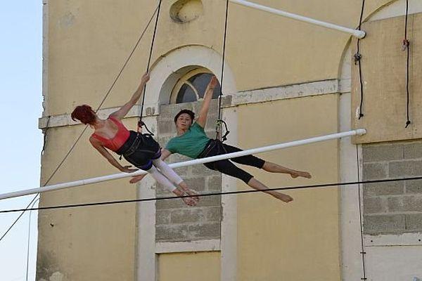 les artistes de la compagnie Retouramont offrent un spectacle de danse verticale, Les ondes gravitationnelles