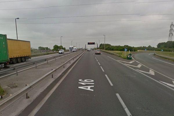 150 migrants ont ténté de ralentir la circulation en envahissant l'A16 au niveau de l'échangeur 54 à hauteur du camp de la Linière à Grande-Synthe.