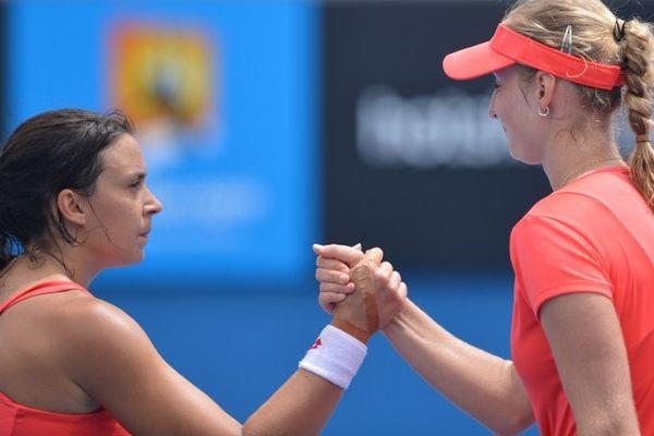 Australie, Melbourne (18/01/13): c'est la Russe Ekaterina Makarova (à droite) qui a remporté le bras de fer qui l'a opposé dans la nuit de jeudi à vendredi à la Française Marion Bartoli. L'Auvergnate n'a jamais vraiment réussi à rentrer dans le match et s'est finalement inclinée en trois sets. Comme en 2012, Bartoli est éliminée au troisième tour de l'Open d'Australie.