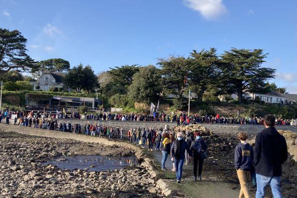 Plusieurs centaines de personnes rassemblées à Larmor-Baden contre le projet hôtelier de l'île Berder