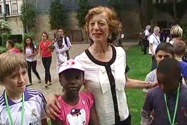 Brigitte Ayrault, épouse du 1er Ministre avec les enfants reçus à l'Elysée