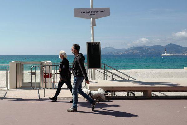 Si le port du masque pour se protéger du Covid-19 n'est plus obligatoire sur les plages des Bouches-du-Rhône, il le reste sur l'ensemble du département des Alpes-Maritimes.