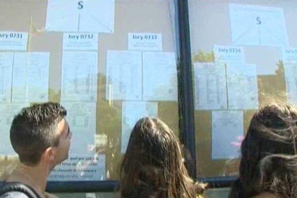 Montpellier - les résultats du bac devant le lycée Mermoz - 5 juin 2013.