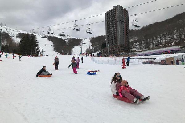 A Super-Besse (Puy-de-Dôme), les luges ont remplacé les skis sur les pistes.