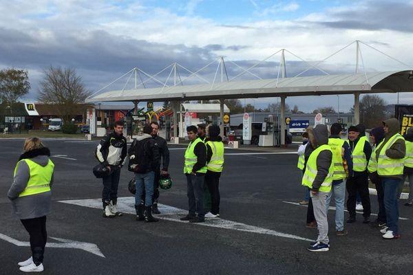 """Des """"gilets jaunes"""" bloquent la station-service du magasin Carrefour à Marzy, dans la Nièvre, samedi 24 novembre 2018"""