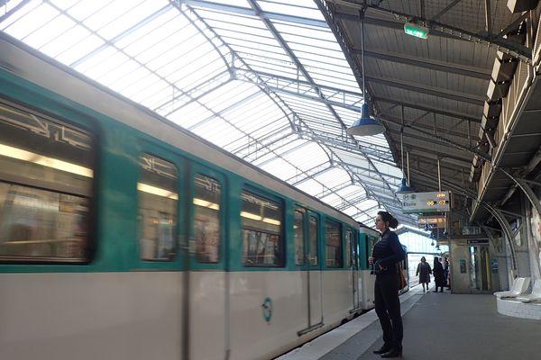 La verrière de la station Bir-Hakeim, sur la ligne 6 du métro parisien.