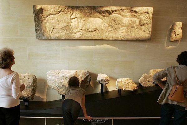 Des touristes au musée national de la Préhistoire des Eyzies-de-Tayac, près de la grotte de Lascaux