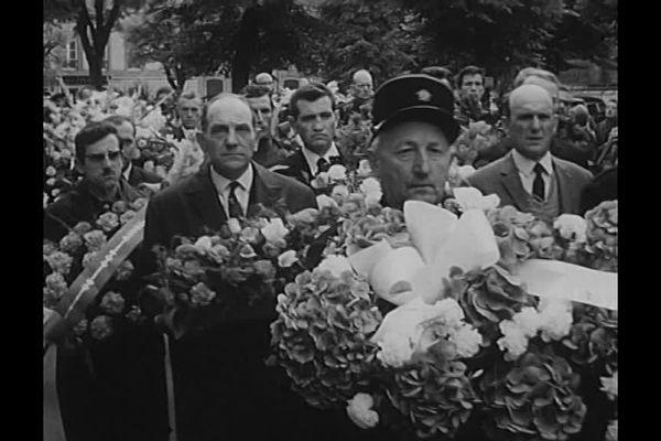 Une foule rend hommage aux deux ouvriers tués à Peugeot Sochaux en juin 1968