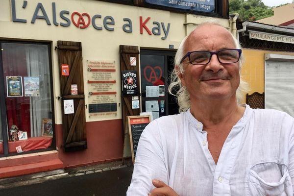 """Le strasbourgeois d'origine Philippe Mehn, devant son restaurant-boutique """"L'Alsace a Kay"""", à Saint-Pierre de Martinique."""