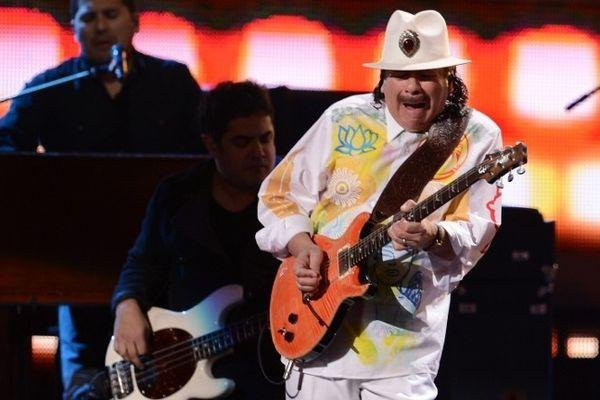 Carlos Santana monte pour la première fois sur scène au festival de Woodstock en 1969.