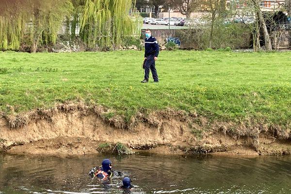 Policiers et gendarmes poursuivent leurs recherches dans la Vilaine, au niveau du Stade rennais, à l'ouest de Rennes, le 31 mars 2021