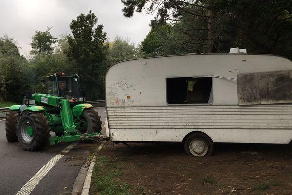 Les quelques caravanes restantes ont été déplacées et stockées.