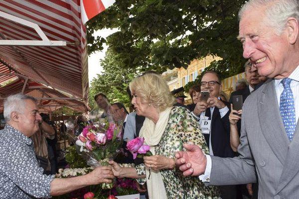 Le prince de Galles et son épouse avec un marchand de fleurs du cours Saleya à Nice.