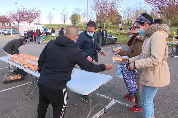 Un repas chaud est distribué chaque jour à ceux qui sont dans le besoin, à Besançon.