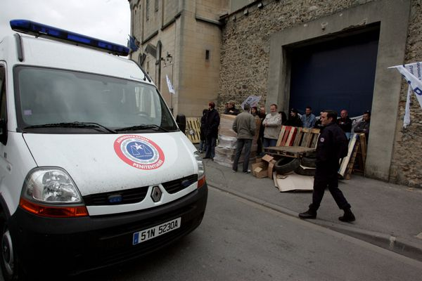 (Images d'archives) : manifestation de surveillants de prison devant la maison d'arrêt de Châlons.