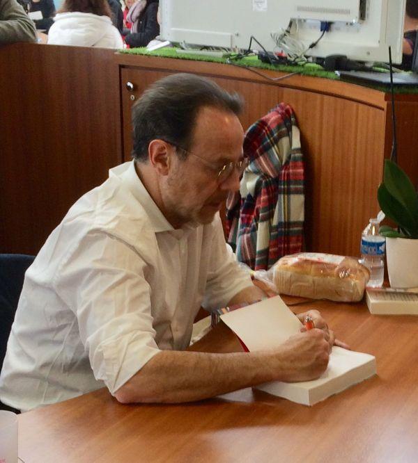 Marc Lévy en séance de dédicaces au Printemps du Livre à Montaigu le 7 avril 2019