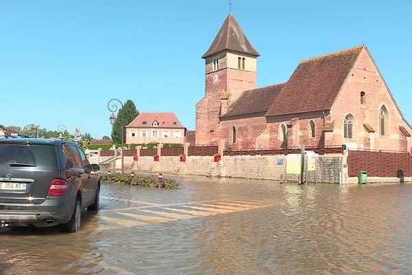 L'eau se retire petit à petit des rues de Sainte-Croix-en-Bresse en Saône-et-Loire ce dimanche 18 juillet.