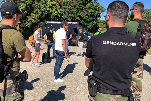 """Réunion de """"briefing"""" encadrée par les gendarmes à Cazevieille, Pic Saint-Loup."""
