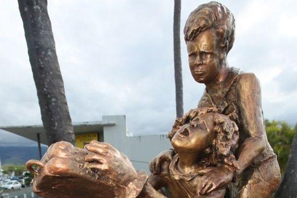 cette stèle récemment inaugurée à l'aéroport Rolland-Garros de La Réunion figure le déplacement des réunionnais vers la métropole, une première reconnaissance
