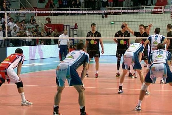Les volleyeurs du TVB en position de recevoir