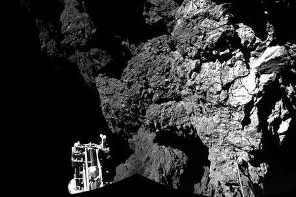 """Image prise par le module Philae, dont on aperçoit l'un des trois pieds, de la comète """"Tchouri"""""""