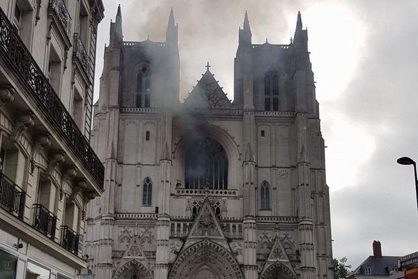 Un incendie en cours à la cathédrale de Nantes, les pompiers sur place, le 18 juillet 2020