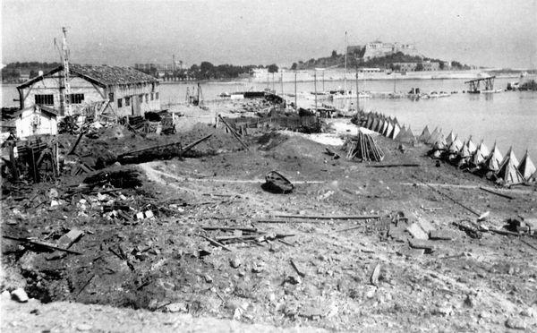 Photographie de la base d'hydravions d'Antibes bombardée le 19 aout 1944.