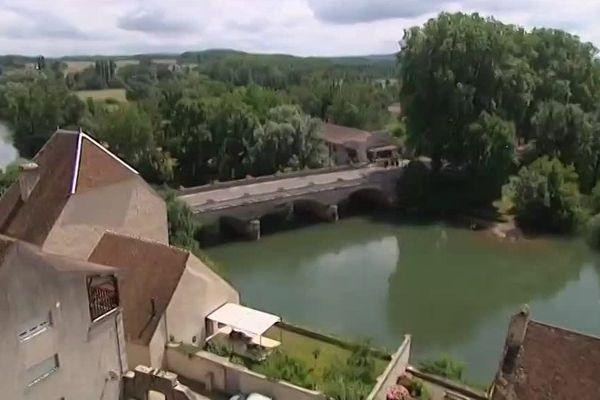 Pesmes paisible cité de caractère au dessus de la rivière l'Ognon