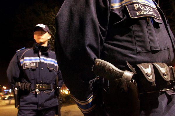 Des policiers municipaux armés.
