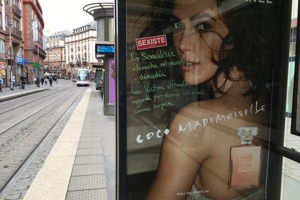 Une publicité recouverte par la Brigade anti-sexiste, lors de la première édition de l'action, le 8 mars 2021.