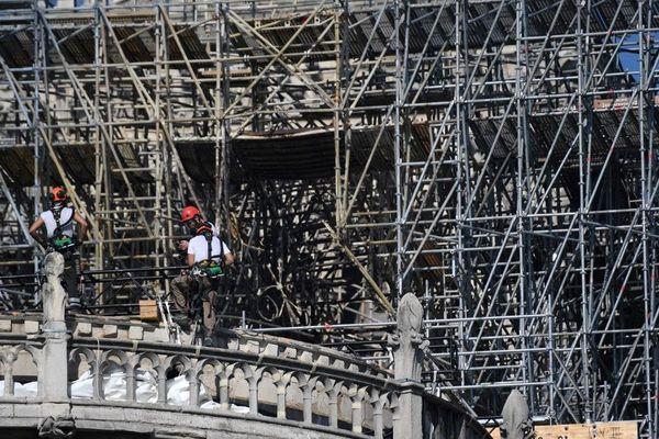 Dans l'incendie de la cathédrale, les éléments de l'échafaudage se sont soudés.