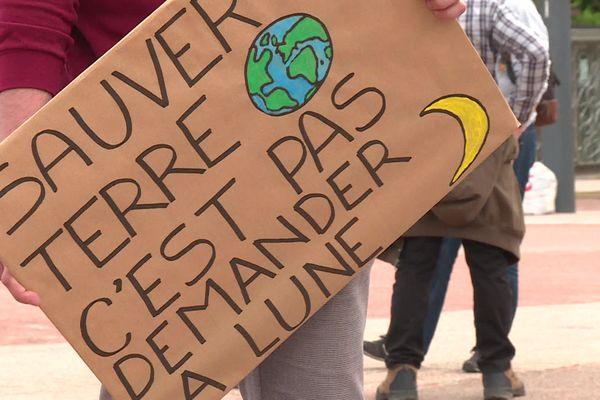 Marche pour le climat à Lyon : un défilé de petits slogans accrocheurs pour une manifestation dans le centre-ville qui a rassemblé plusieurs milliers de personnes, 7.000 selon les organisateurs, ce dimanche 9 mai 2021