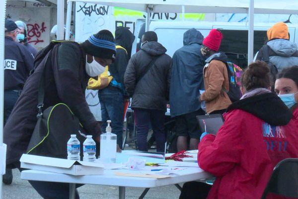 L'évacuation du collège Maurice Scève s'est déroulée dans le calme le mardi 27 octobre 2020 en présence d'associations et de l'Office Français de l'Immigration