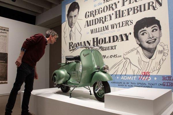 """Le Vespa du film """"Vacances Romaines"""" fait partie des nombreux objets présentés dans cette exposition consacrée à Audrey Hepburn."""