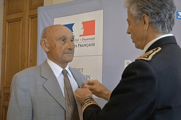Louis Tardivel, résistant lors de la seconde guerre mondiale, se voit remettre la Légion d'Honneur le 11 novembre 2015 à Nantes.
